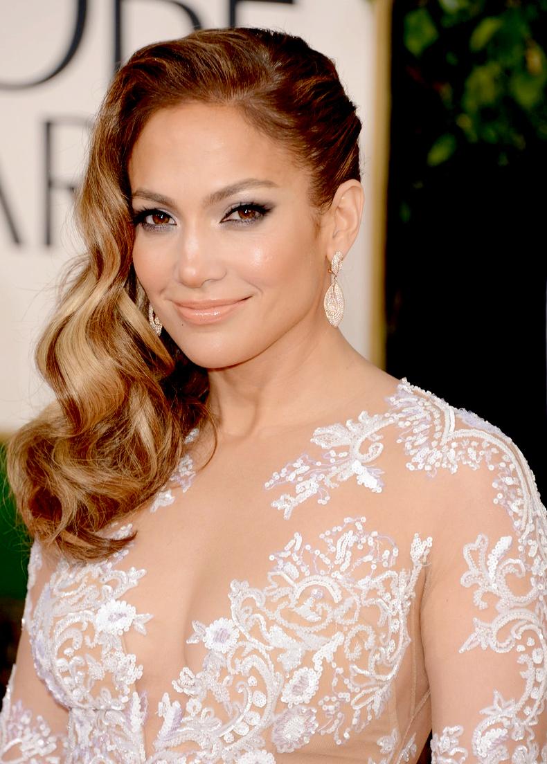Jennifer Lopez apareceu no red carpet com um tom bem neutro e sexy.